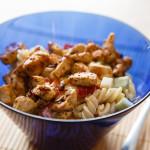 Těstovinový salát se zeleninou a kuřecím masem